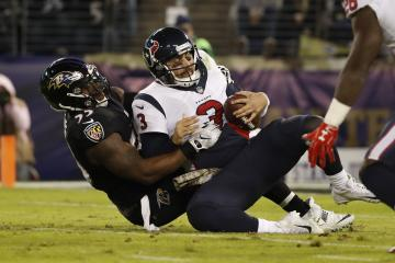 Houstons Quarterback Tom Savage wird von Terrell Suggs gesacked.