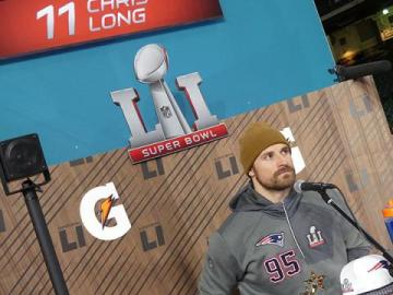 Chris Long bei der Pressekonferenz vor Super Bowl LI