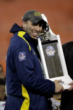 Head Coach Matt Campbell (Toledo) mit der Military Bowl Trophy