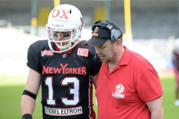 Head Coach Troy Tomlin (New Yorker Lions) instruiert # 13 QB Mike Friese.
