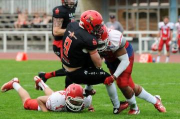 #11, Donald Smith (Lübeck Cougars) stoppt WR David Saul von den Potsdam Royals am 28.5.2017.