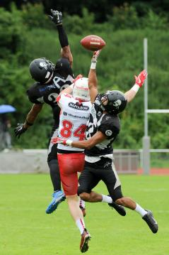 WR Niklas Römer (# 84, New Yorker Lions) vs. DB Jamaal White ( Berlin Rebels) und DB Gino Chongo (#23, Berlin Rebels)