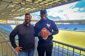 Tirol RaIders Head Coach Kevin Herron (li.) mit Neuankömmling David Anthony James jr.