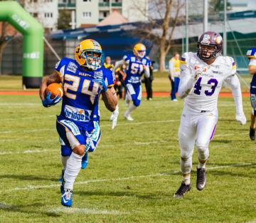 #24 Breeon Moreno (Graz Giants) gelang eine Interception. #43 Waleri Teplyi (Vienna Vikings) auf der Verfolgung.