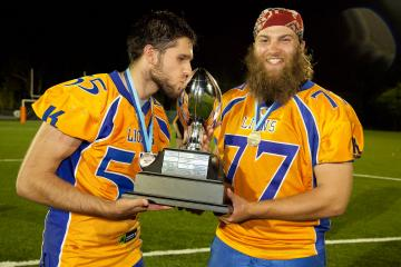 Angelo Matz und Philip Löffler mit dem Pokal der New South Wales Gridiron Football League