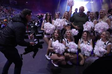 David Odenthal im Kreis der Heavenly Force Cheerleader