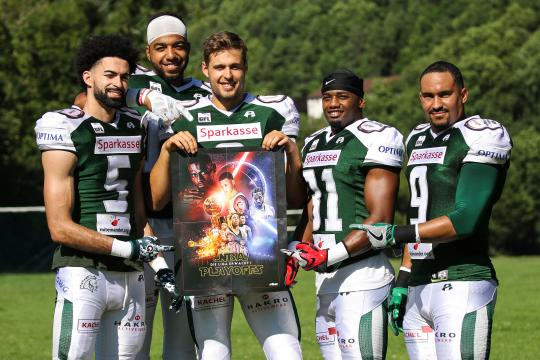 Real men read FIVE part XII - Game of Touchdowns Quintett (Tyler Rutenbeck, Aurieus Adegbesan, Marco Ehrenfried, Patrick Donahue und Joseph Joyner v.l.nr.) represent Germanys finest mag.
