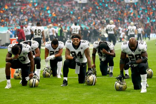 New Orleans Saints spieler knien bei der nationalhymne